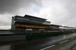 Un orage soudain et violent sur la ligne des stands au Mans