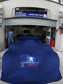 Team Peugeot Total Peugeot 908 sous une couverture