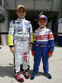 Les jeunes fans avec leurs costumes de pilotes