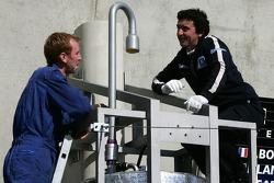 membres de l'équipe Team Peugeot Total préparant la voie des stands