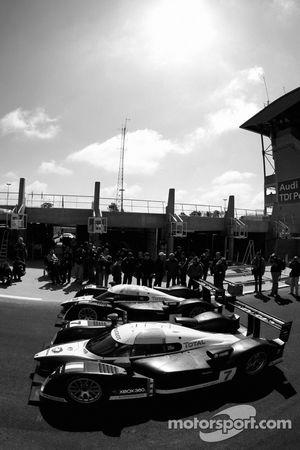Team Peugeot Total Peugeot 908 devant les vérifications techniques
