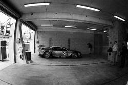 Une seule Aston Martin DBR9 dans la zone de garage Aston Martin Racing