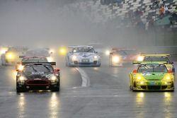 Départ: #1 Manthey Racing Porsche 911 GT3 RSR: Timo Bernhard, Marc Lieb, Romain Dumas, Marcel Tiemann et #7 Phoenix Racing Aston Martin DBRS9: Klaus Ludwig, Marcel Fässler, Sascha Bert, Robert Lechner battle