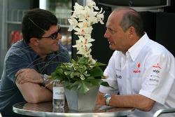 Менеджер Фернандо Алонсо Луис Гарсия Абад и руководитель команды McLaren Рон Деннис
