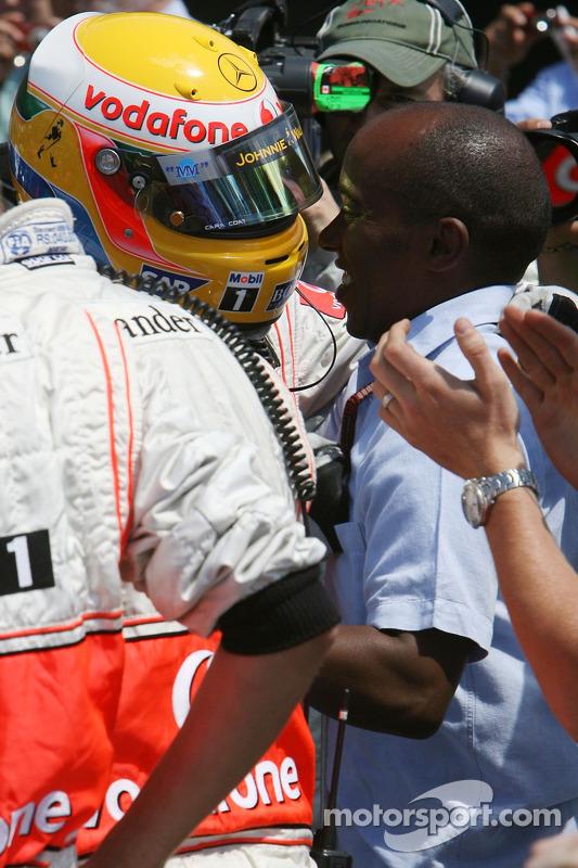 Ganador de la Pole Position, Lewis Hamilton, McLaren Mercedes, MP4-22 con Anthony Hamilton, padre de