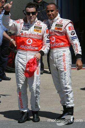 Ganador de la pole position Lewis Hamilton, McLaren Mercedes, MP4-22, segundo puesto Fernando Alons