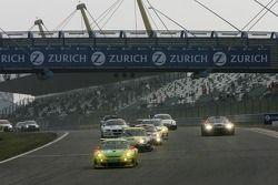 Redémarrage après un arrêt de la course de 5 heures: # 1 Manthey Racing Porsche 911 GT3 RSR: Timo Be