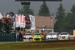 Drapeau à damier pour la #1 Manthey Racing Porsche 911 GT3 RSR: Timo Bernhard, Marc Lieb, Romain Dumas, Marcel Tiemann