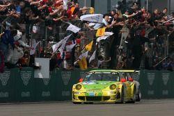 Победители Тимо Бернхард, Марк Либ, Ромен Дюма, Марсель Тиман, Manthey Racing, Porsche 911 GT3 RSR (№1)