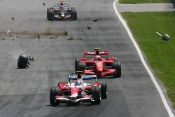 An der Unfallstelle: Jarno Trulli, Toyota Racing, TF107, und Kimi Räikkönen, Scuderia Ferrari, F2007