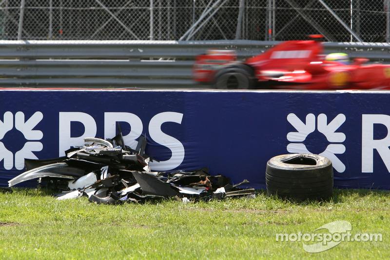 Felipe Massa, Scuderia Ferrari, F2007, Pasa al coche accidentado de Robert Kubica, BMW Sauber F1 Team, F1.07