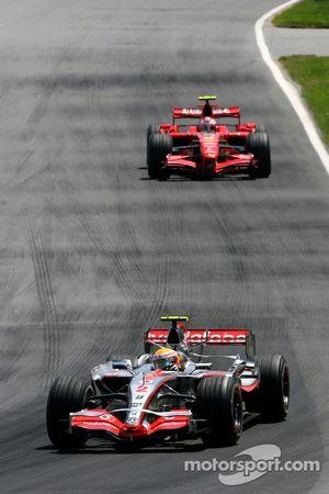 Lewis Hamilton, McLaren Mercedes, MP4-22 y Kimi Raikkonen, Scuderia Ferrari, F2007