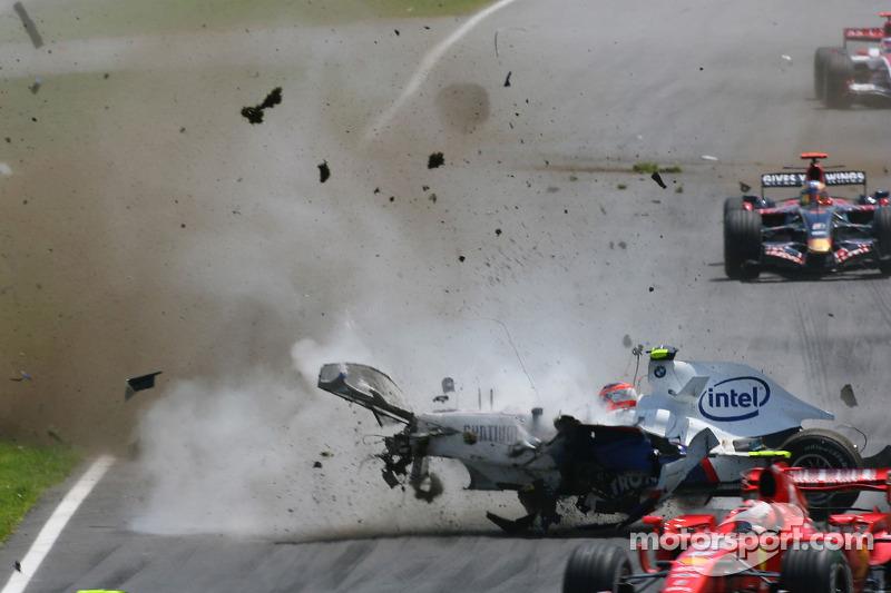 После второго удара BMW Sauber F1.07 Кубицы отбросило обратно на трассу под проезжающие автомобили соперников.