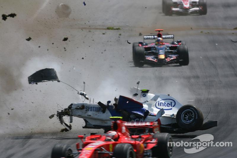 Но Кубице и другим гонщикам повезло – никто не врезался в пролетающий по трассе разбитый автомобиль поляка.