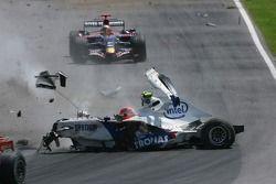 Robert Kubica, BMW Sauber F1 Team, F1.07, va a sbattere con violenza durante la gara