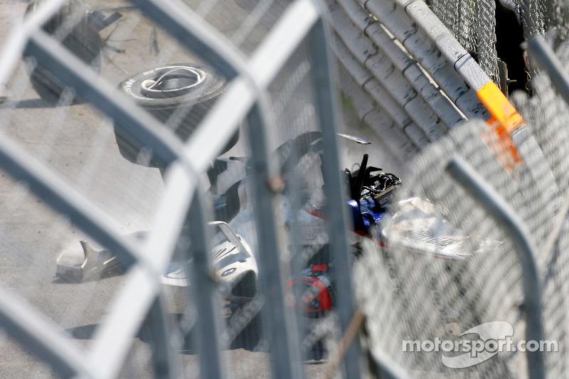 ...как замирает и дыхание всех зрителей той гонки. Роберт остается в изуродованной машине, он неподвижен.