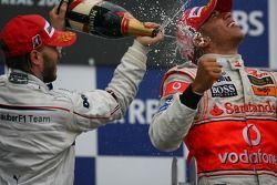 Второе место - Ник Хайдфельд, BMW Sauber F1 Team и первое место - Льюис Хэмилтон, McLaren Mercedes
