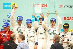 Podium: les vainqueurs Romain Dumas, Marcel Tiemann, Marc Lieb, Timo Bernhard