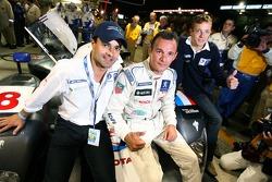 Stéphane Sarrazin fête sa pole position provisoire avec ses coéquipiers Pedro Lamy et Sébastien Bour