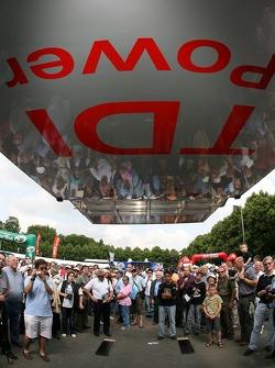 Fans regardant l'Audi Sport North America Audi R10