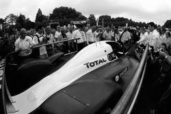 Vue arrière de la Peugeot 908 après les vérifications techniques