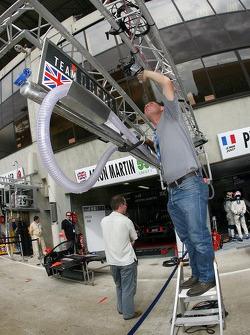 Membre de l'équipe Team Modena prépare la zone des stands