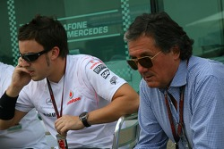 Fernando Alonso, McLaren Mercedes parle avec Giancarlo Minardi