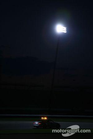 FIA Güvenlik Aracı ve medical practice driving night for preparation, night races Formula 1