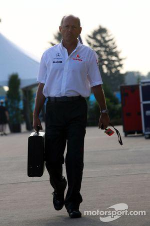 Ron Dennis, Presidente de McLaren y director del equipo llega a la pista