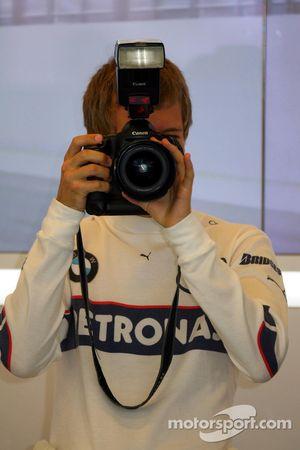 Sebastian Vettel, piloto de prueba, BMW Sauber F1 Team en el garaje del equipo, toma la cámara de D