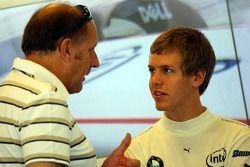 Sebastian Vettel, piloto de prueba, BMW Sauber F1 Team en el garaje del equipo habla con Hans Joachi