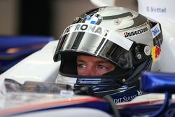 Sebastian Vettel, piloto de prueba, BMW Sauber F1 Team en el garaje del equipo