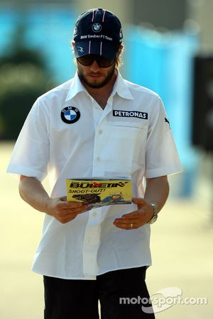 Nick Heidfeld, BMW Sauber F1 Team llega al circuito y lee el EL BOLETÍN ROJO