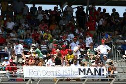 Una pancarta de los aficionados diciendo: «Ron Dennis es el HOMBRE!» ...