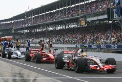 Lewis Hamilton, McLaren Mercedes, MP4-22 al frente del grupo esperando a salir primero en la 3ª ses