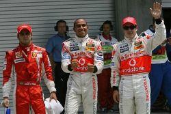 Ganador de la Pole Position Lewis Hamilton, McLaren Mercedes, MP4-22, segundo puesto, Fernando Alons
