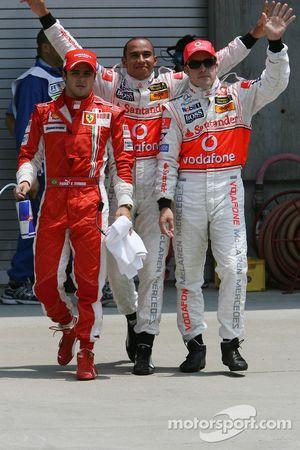 Ganador de la Pole Position Lewis Hamilton, McLaren Mercedes, MP4-22, segundo puesto Fernando Alonso