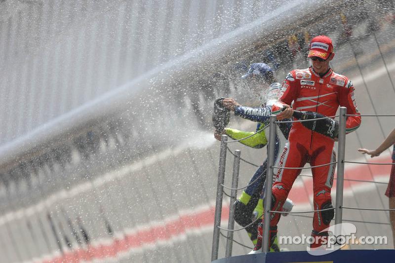 Podio: 1º Casey Stoner, 2º Valentino Rossi, 3º Valentino Rossi