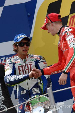 Podium: Valentino Rossi félicite Casey Stoner
