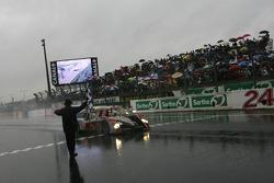 #1 Audi Sport North America Audi R10: Marco Werner, Frank Biela, Emanuele Pirro passe le drapeau à damier