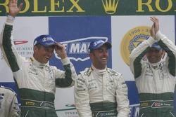Podium GT1: les vainqueurs David Brabham, Rickard Rydell, Darren Turner