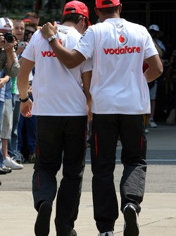 Фернандо Алонсо, McLaren Mercedes и Льюис Хэмилтон, McLaren Mercedes