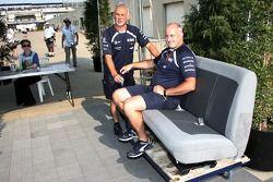 Williams F1 takım elemanları ve two otomobil seats, padok gates
