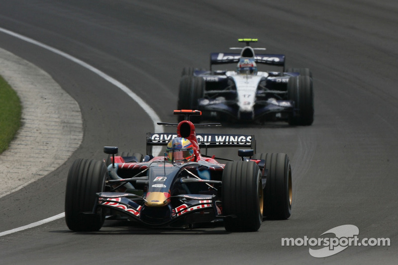 Vitantonio Liuzzi, Scuderia Toro Rosso, STR02 ve Alexander Wurz, Williams F1 Team, FW29