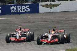 Фернандо Алонсо, McLaren Mercedes, MP4-22 и Льюис Хэмилтон, McLaren Mercedes, MP4-22