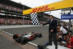 Lewis Hamilton, McLaren Mercedes se lleva la bandera a cuadros
