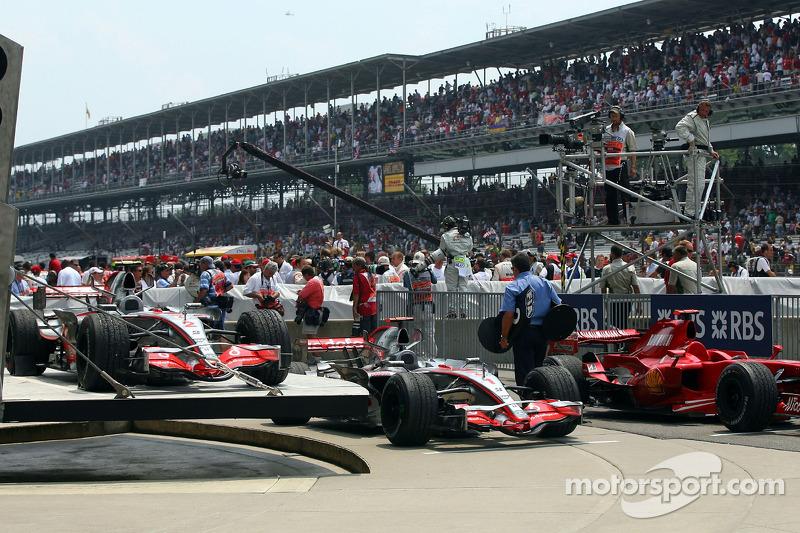 Segundo lugar Fernando Alonso, McLaren Mercedes, ganador de la carrera Lewis Hamilton, McLaren Merce