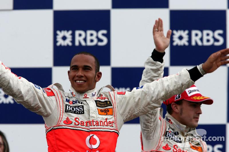 Podio: ganador de la carrera Lewis Hamilton, McLaren Mercedes y segundo lugar Fernando Alonso, McLar