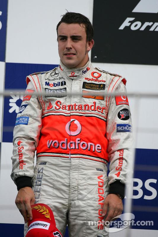 Podio: segundo lugar Fernando Alonso, McLaren Mercedes