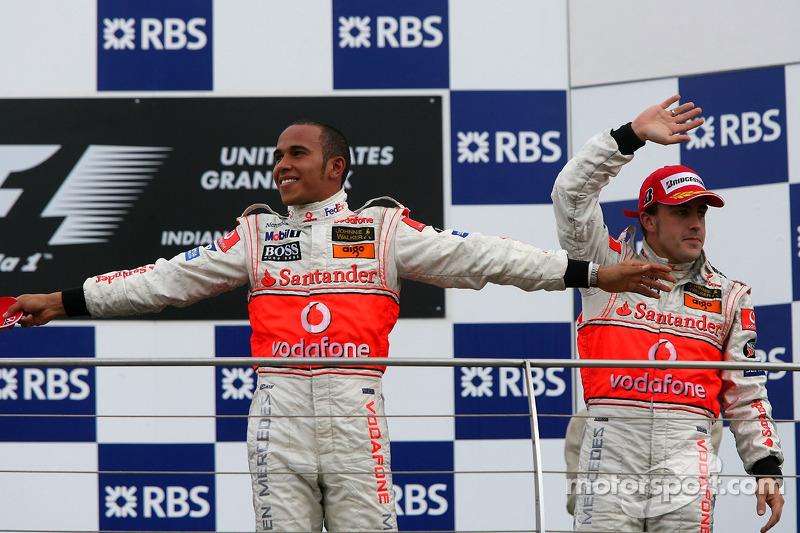 Podio: segundo lugar Fernando Alonso, McLaren Mercedes y el ganador de la carrera Lewis Hamilton, McLaren Mercedes